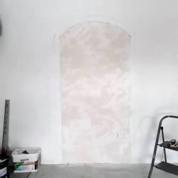 Décor ouverture murale en trompe l'oeil. Avant, dessin et préparation du mur.