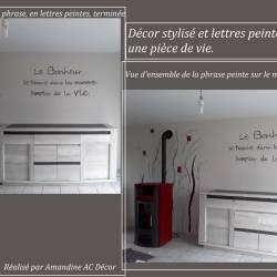 Lettres peintes sur un mur pièce de vie